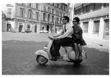 Vrouw lift mee op scooter, Italië Poster