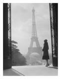 Femme regardant la Tour Eiffel Poster par H. Armstrong Roberts