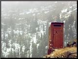 Outhouse Perches on a Hillside Fotografia montada por Rex Stucky