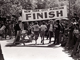 Runners Approaching the Finish Line in Central Park. During the 1972 New York City Marathon Lámina fotográfica