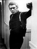 Filmbeeld Steve McQueen leunend in gang, in Bullitt 1968 Foto
