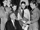President Franklin Roosevelt Receives the Five-Millionth Copy of the Boy Scout Handbook Fotografía