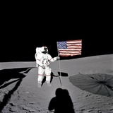 Apollo 14 Astronaut Alan B Shepard Stands by the US Flag on the Lunar Fra Mauro Highlands Foto
