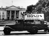 Bonus Army Veterans from Chattanooga, Parade Past White House in a Truck, May 18, 1932 Foto