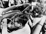 Pres Kennedy Drives an Open Car in Newport, Rhode Island Foto