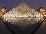 The Pyramide Du Louvre, Paris, France Fotografisk tryk af William Sutton