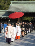 Shinto Wedding Procession at the Meiji Jingu Shrine, Tokyo, Japan, Asia Impressão fotográfica por Walter Rawlings