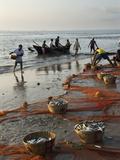 Local Fishermen Landing Catch, Benaulim, Goa, India, Asia Lámina fotográfica por Stuart Black