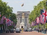 Flags Lining Mall to Buckingham Palace for President Obama's State Visit in 2011, London, England Impressão fotográfica por Walter Rawlings