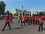 Grenadier Guards March to Wellington Barracks after Changing the Guard Ceremony, London, England Impressão fotográfica por Walter Rawlings