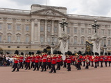 Band of Scots Guards Lead Procession from Buckingham Palace, Changing Guard, London, England Fotografisk trykk av Walter Rawlings
