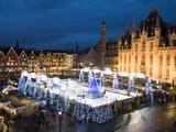 Ice Rink and Christmas Market in the Market Square, Bruges, West Vlaanderen (Flanders), Belgium Reproduction photographique par Stuart Black