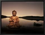 Gylden Buddha ved søbredden Indrammet lærredstryk af Jan Lakey