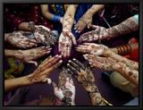 Pakistanske piger viser deres hænder, som er malet med henna før den muslimske fest Eid-Al-Fitr Indrammet lærredstryk af Khalid Tanveer