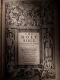 The Title Page of an Original King James Bible Dating from 1611 Fotografisk tryk af Jim Richardson