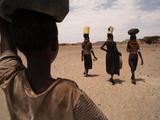 Women Carrying Heavy Jugs Filled with Water Fotografisk trykk av Lynn Johnson