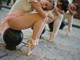 Classical Ballerinas from the Cuba National Ballet at the Malecon Fotografisk trykk av Kike Calvo