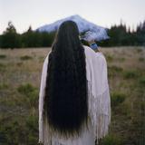 The Chief of the Winnemem-Wintu Tribe Sends Smoke Prayers Up to Mount Shasta Fotografisk trykk av Lynn Johnson