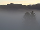 Morning Fog Blankets the Adirondack Mountains Reproduction photographique par Michael Melford