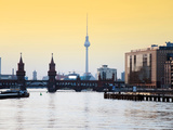 Berlin Oberbaumbrucke with Tv Tower at Sunset Lámina fotográfica por  Synchropics