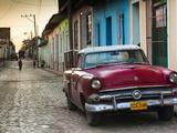 Cuba, Sancti Spiritus Province, Trinidad, 1950s-Era US-Made Ford Car Reproduction photographique par Walter Bibikow