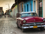 Cuba, Sancti Spiritus Province, Trinidad, 1950s-Era US-Made Ford Car Fotografie-Druck von Walter Bibikow