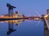 UK, Scotland, Glasgow, River Clyde, Finnieston Crane and the Clyde Arc, Nicknamed the Squinty Bridg Fotoprint av Alan Copson