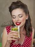 A Retro-Style Girl Drinking Lemonade Fotografisk tryk
