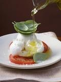 Drizzling Insalata Caprese with Olive Oil Fotografie-Druck