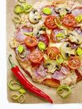 Pizza with Salami, Mushrooms, Tomatoes, Leek, Mozzarella and Chillis Fotografie-Druck von Ira Leoni