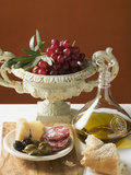 Olives, Sausage, Parmesan, Bread, Olive Oil and Red Grapes Bedruckte aufgespannte Leinwand