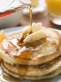 Pouring Maple Syrup over Pancakes with Dab of Butter Fotografie-Druck