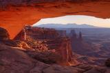 Morning at Mesa Arch, Canyonlands Reproduction photographique par Vincent James