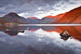 Scafell Range across Reflective Waters of Wast Water, Lake District Nat'l Pk, Cumbria, England, UK Fotografisk trykk av Julian Elliott