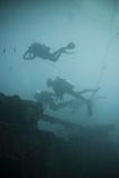 Scuba Divers Wreck Diving, Southern Thailand, Andaman Sea, Indian Ocean, Southeast Asia, Asia Fotografie-Druck von Andrew Stewart