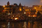 A Cremation on the Banks of the Ganges River Impressão fotográfica por Jonathan Irish