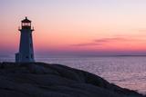 Peggy's Point Lighthouse and Rocky Coast at Dusk Fotografisk tryk af Jonathan Irish
