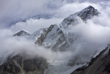 View of Lobuche Mountain in the Clouds Fotografisk tryk af Jonathan Irish