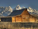 Sunrise at the Mormon Row Barn in Wyoming's Grand Teton National Park Valokuvavedos tekijänä Kyle Hammons