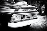 Gammal Chevrolet vid en bensinstation på Route 66 Fotoprint av Philippe Hugonnard