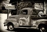 Alter Ford Truck in Garage auf der Route 66 II Fotografie-Druck von Philippe Hugonnard