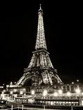 Udsigt til Eiffeltårnet om natten med bateau-mouche Fotografisk tryk af Philippe Hugonnard