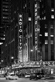 Radio City Music Hall With Yellow Cab In NYC Reproduction photographique par Philippe Hugonnard
