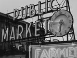 View of Public Market Neon Sign and Pike Place Market, Seattle, Washington, USA Fotografie-Druck von Walter Bibikow