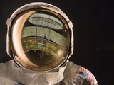 Air and Space: Apollo Helmet Visor reflecting the 1903 Wright Flyer Fotografie-Druck