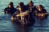 US Navy SEAL Team Emerges from Water During Warfare Training, Dec. 1, 1986 Foto
