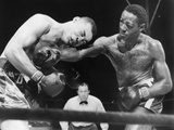 Joe Louis (Left), and Ezzard Charles, in a Heavyweight Title Bout, Sept. 27, 1950 Foto
