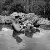 US Marine Rifleman Relaxes in a Cool Mountain Stream, Vietnam, 1968 Foto