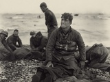WW2 American Soldiers on Omaha Beach Recovering the Dead after the D-Day, 1944 Foto