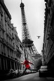 De rode jas, voor Eiffeltoren Poster van Thomas Kruesselmann